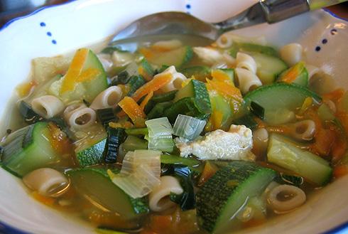 soppa med fullkornsmakaroner