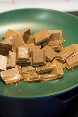 Smälter choklad över vattenbad