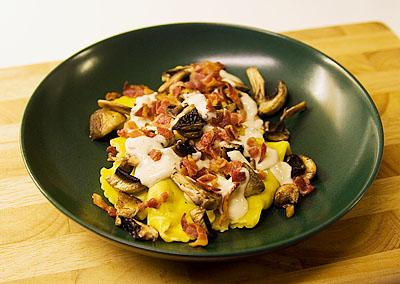 Färsk pasta med bacon och champinjoner