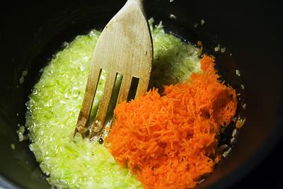 I med morötterna i den mjukstekta löken