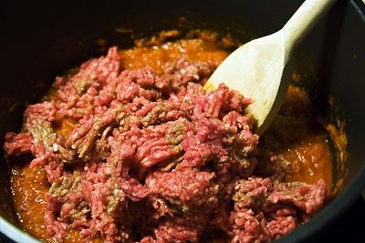 I med den ostekta köttfärsen i tomatsåsen