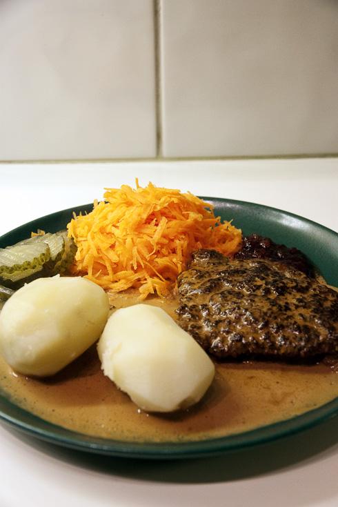 Färsbiff med kokt potatis, sås, gruka och lingonsylt