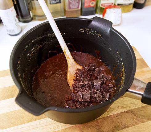 Den hackade chokladen blandas i kolasåsen