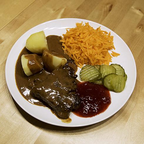 Bamsebiff med kokt potatis, lingon och gurka
