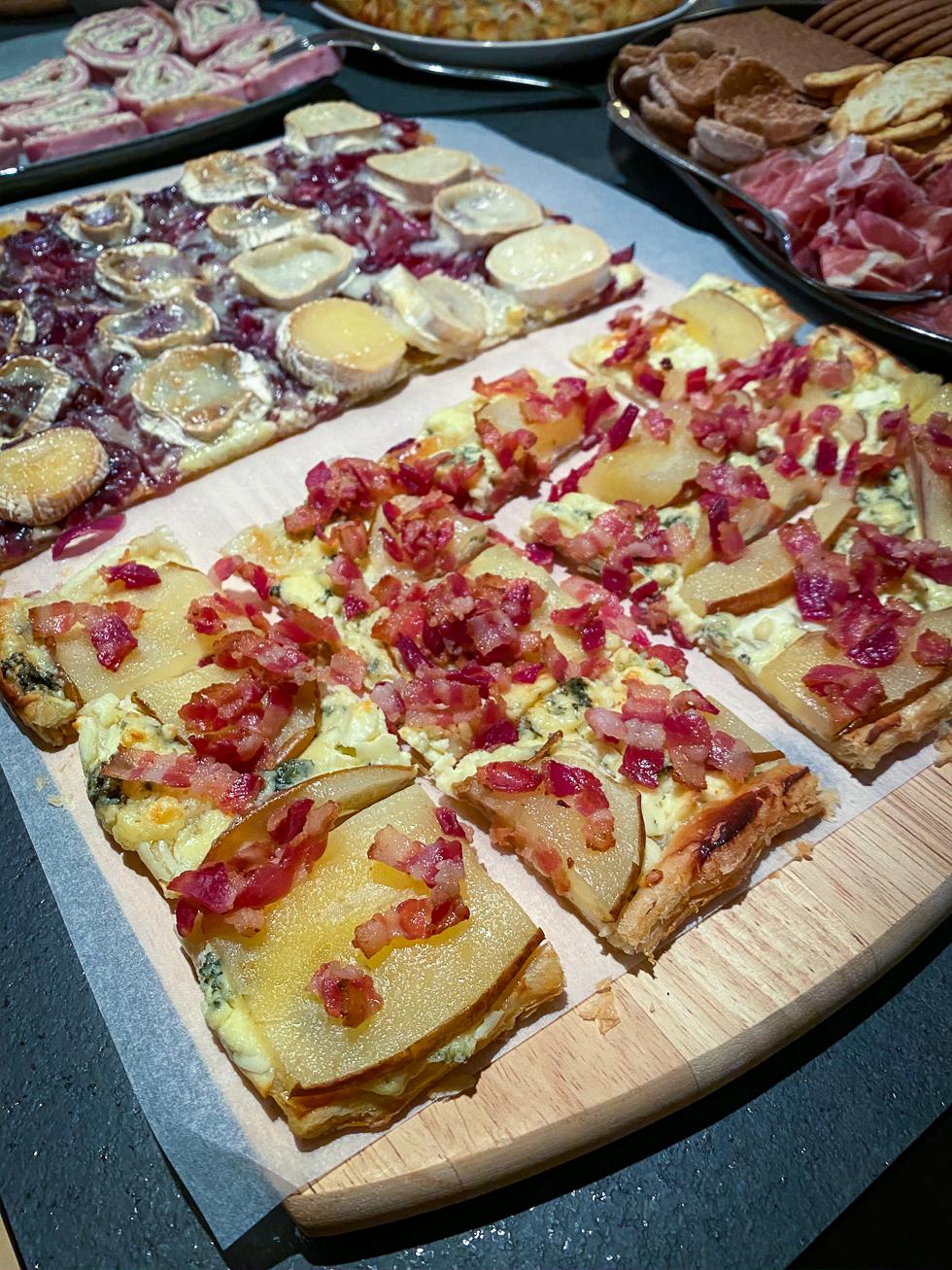 Pizza med bacon, päron och ädelost
