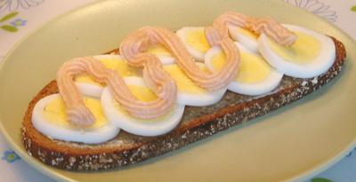 Macka med ägg och kaviar
