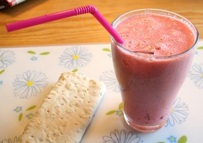 Tunnbrödsrulle och jordgubbssmoothie