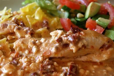 Kycklingfile med feta och soltorkade tomater