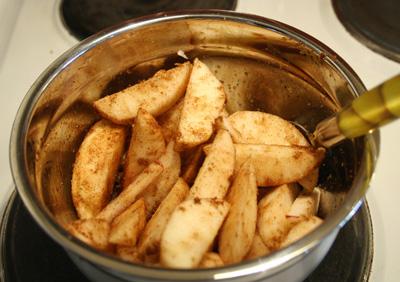 Blanda ihop äppel med kryddor