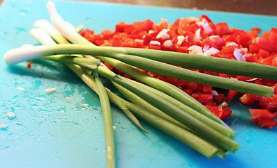 hacka lök paprika salladslök