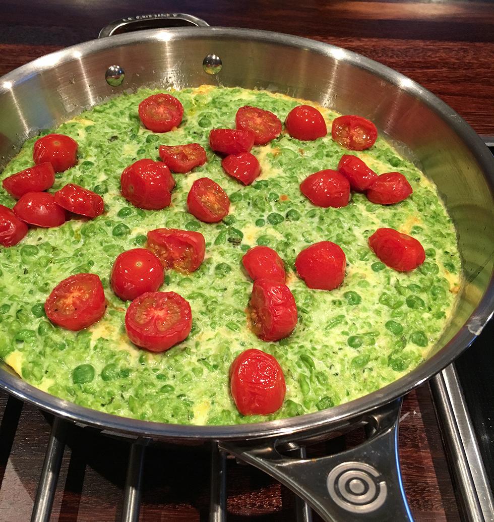 Frittata med gröna ärtor, mascarpone och rostade tomater