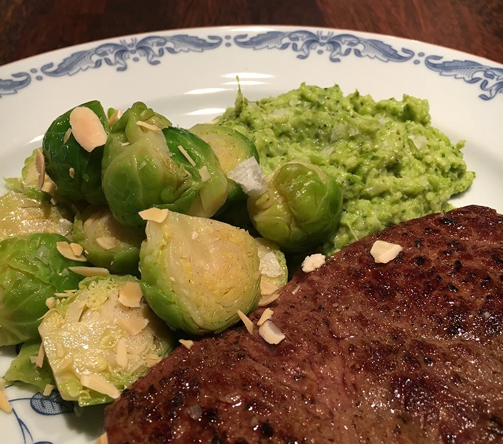 Broccolimos med brynt smörslungad brysselkål och kött