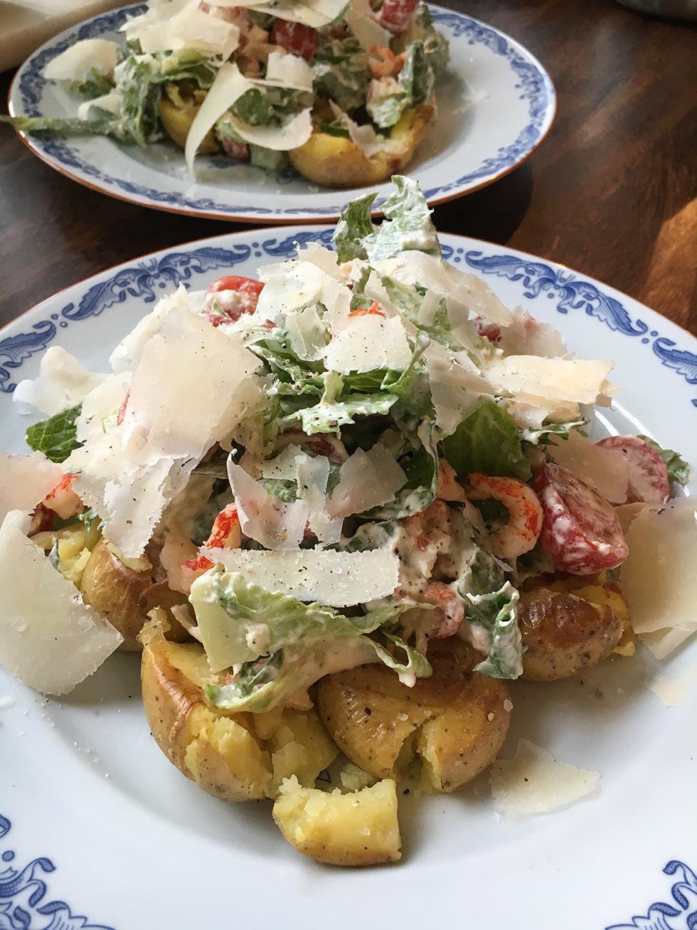 Matig sallad med krossad potatis och parmesandressing