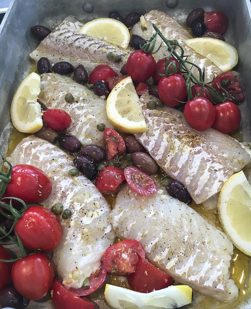 Medelhavsinspirerad torsk med tomater och oliver
