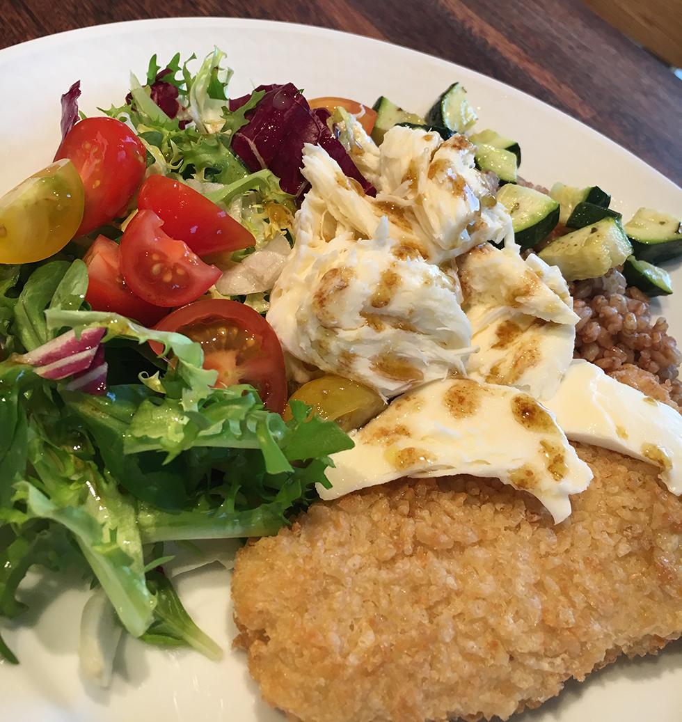 Panerad fisk med matvete, tomater och mozzarella
