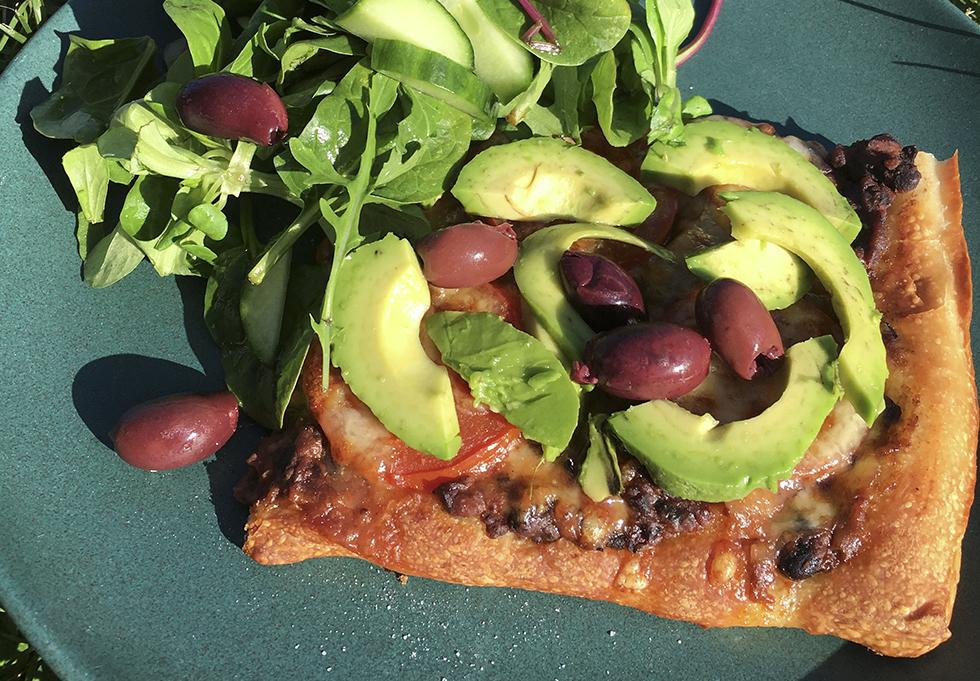 Pizza med bönröra refried beans och avokado