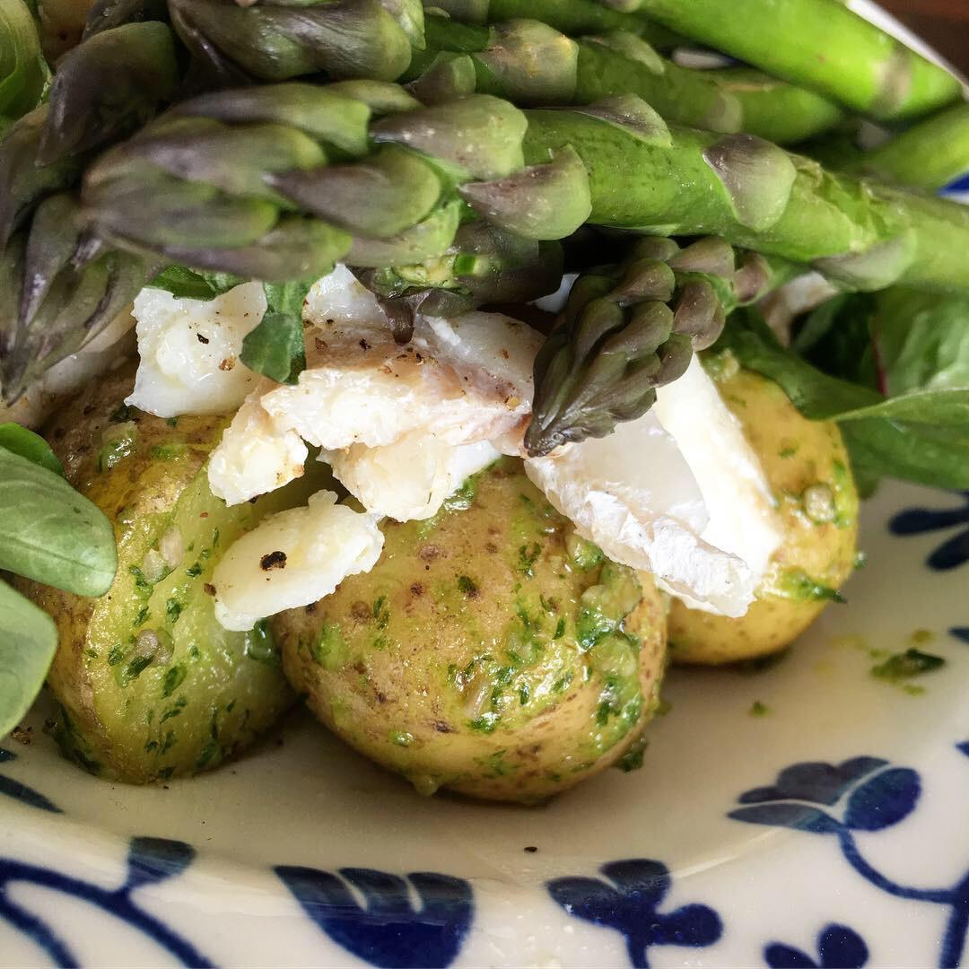 Nypotatis i ramslökspesto och smörstekt torsk