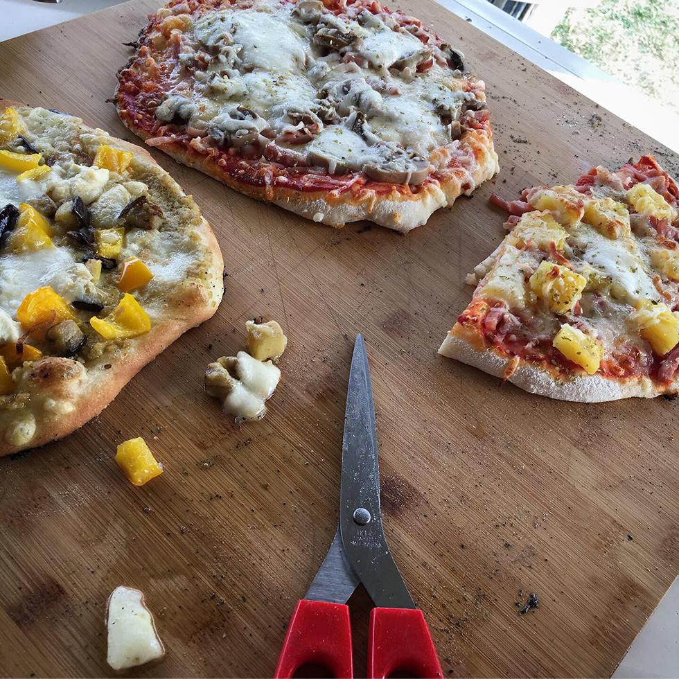 Pizza med kronärtskockskräm, grönsaker och chèvre