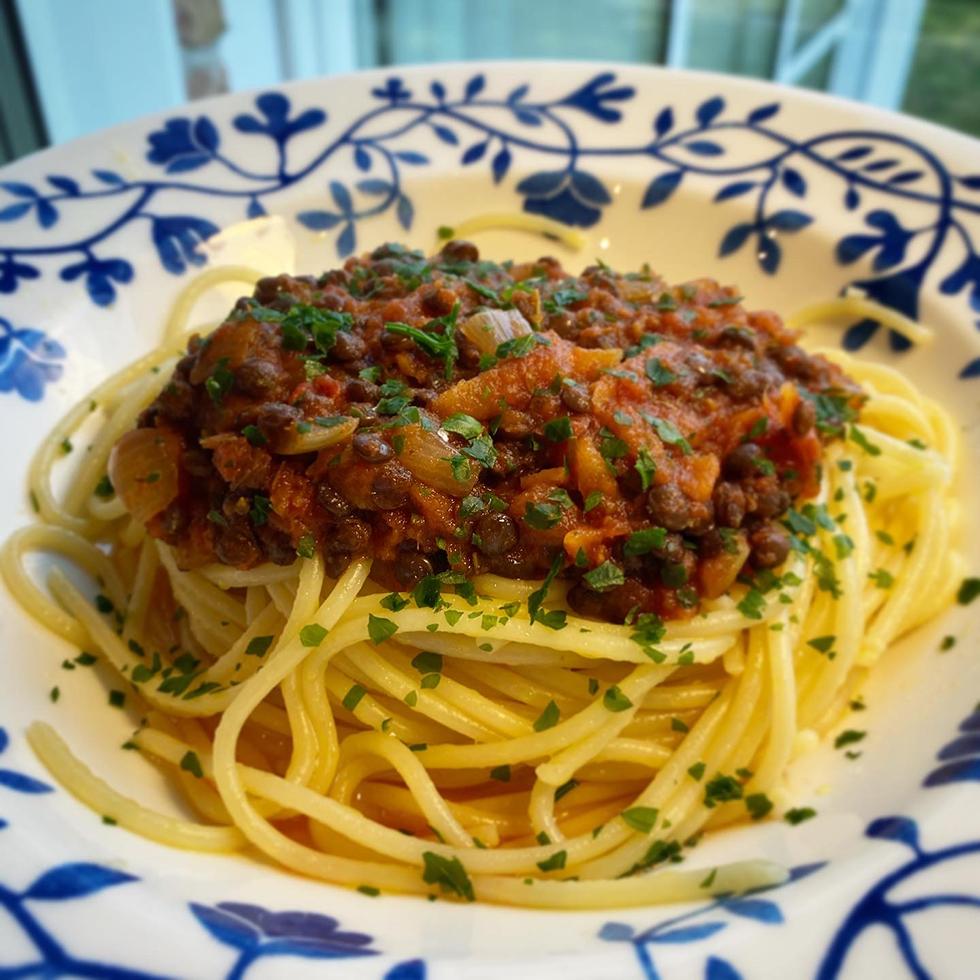 """Vegetarisk """"köttfärssås"""" med svarta belugalinser"""