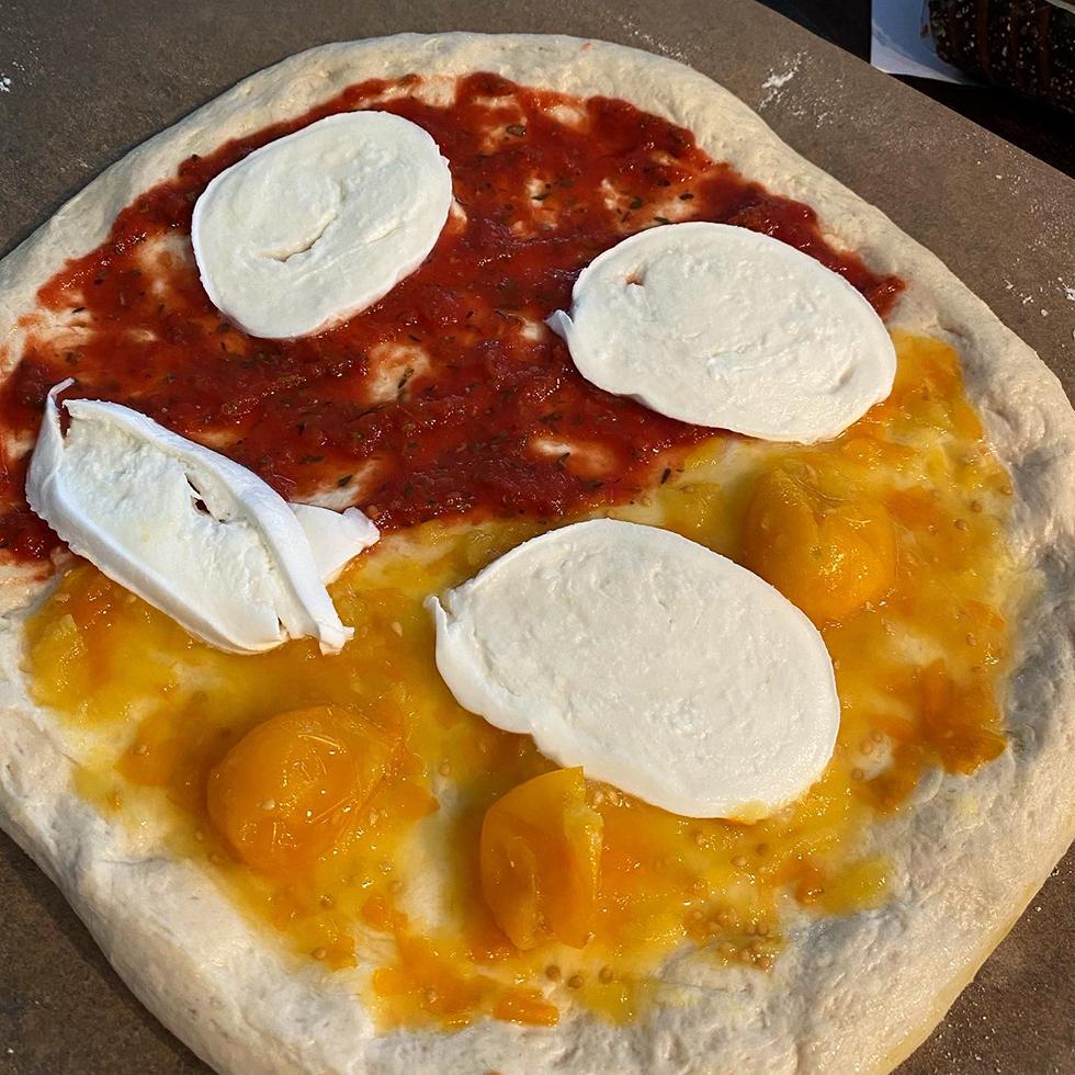 Surdegspizza med supergod pizzasås