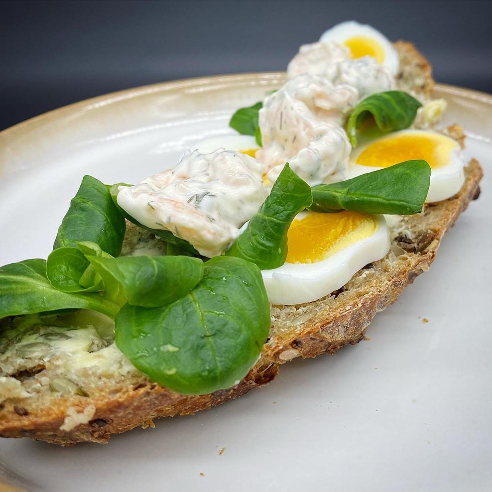 Underbar surdegsmacka med ägg och räksallad